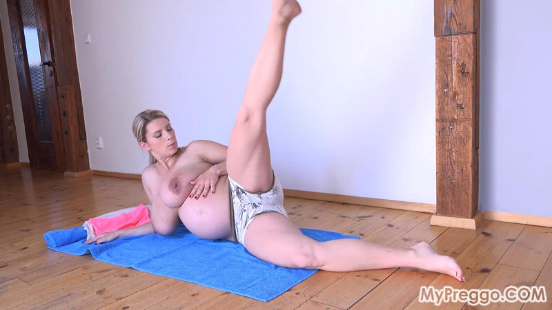 9 Months Pregnant and Working Out Completely Naked! – MyPreggo – Katerina