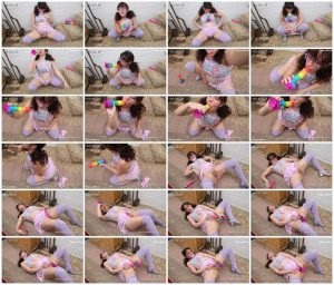 Pregnant Daddies girl outside with dildo – Madeline Bug_thumb